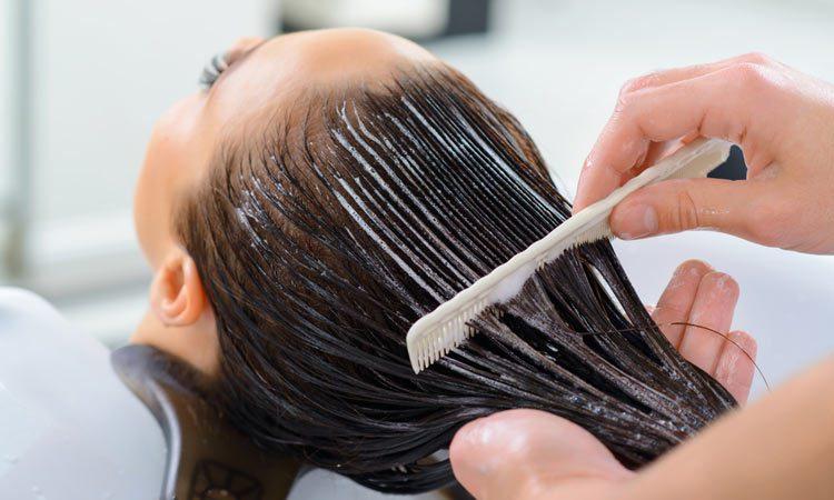 نرم کننده مو را فقط به نوک و ساقه ی موها بزنید، نه به ریشه ی آنها؛ زیاده روی در استفاده از این محصولات باعث چرب شدن موها می شوند