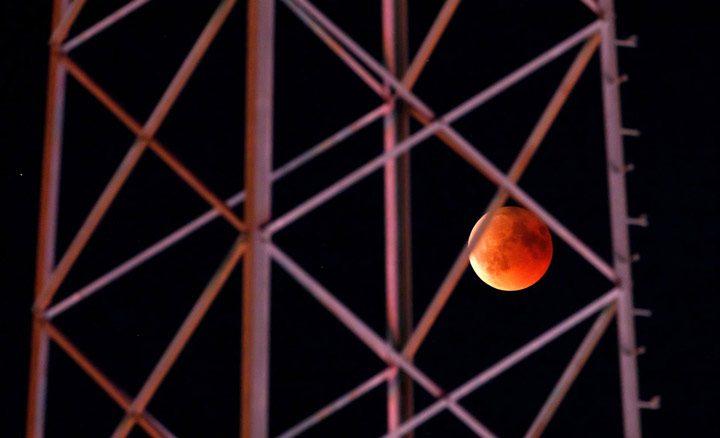 ماه در میان دکل مخابراتی در شهر بویل، آلمان.
