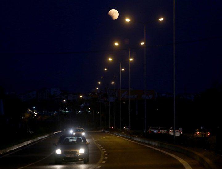 ماه بر فراز خیابانی در تیرانا، آلبانی.