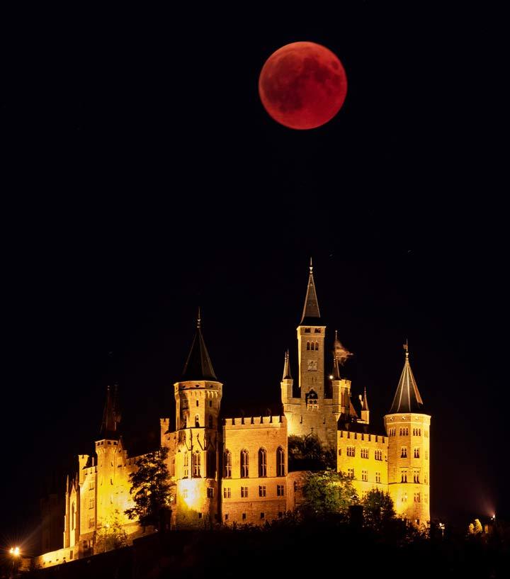 نمای دیدنی از ماه بر فراز قلعه هوهنتسولرن در شهر هشینگن، آلمان.