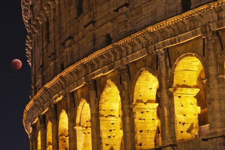 ماه در کنار تماشاخانه کولوسئوم در رم، ایتالیا.