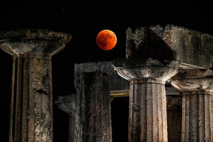 بازی جام و توپ بر فراز معبد آپولو در قرنتس، یونان.