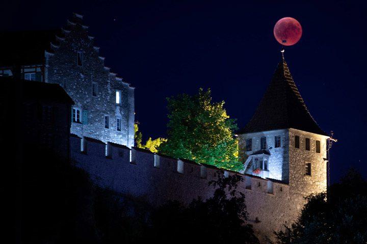 ماه بر فراز برجی در قلعه لئوفن در سوئیس.