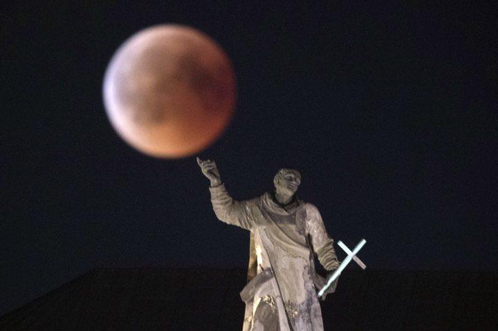 چرخش ماه روی انگشت سنت آگوستین، درسدن، آلمان.