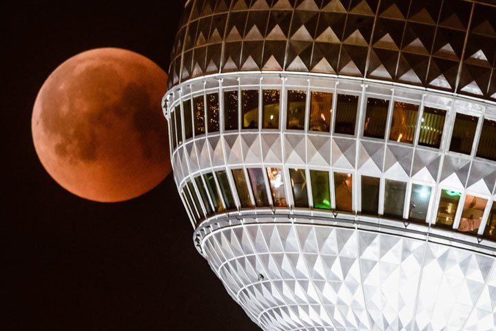 ماه در کنار برج تلویزیون برلین، آلمان.
