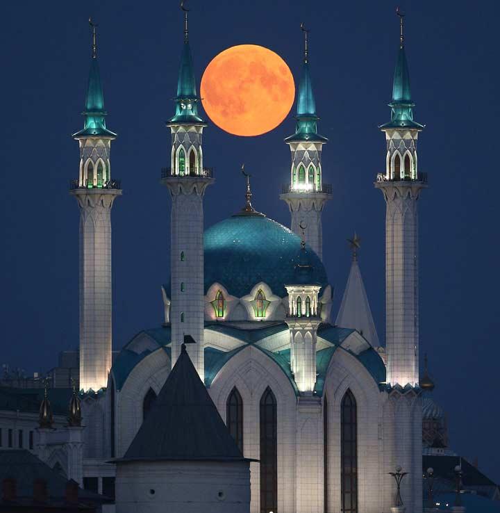 ماه بر فراز مسجد قلشریف، در شهر قازان تاتارستان، روسیه.