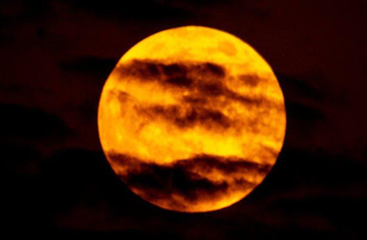 ماه بر فراز شهر دوبی در امارات متحده عربی