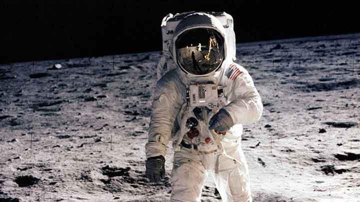 باز آلدرین در خلال ماموریت مشهور آپولو ۱۱ در ماه