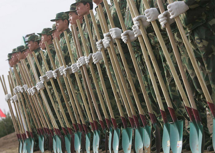 سربازان چینی برای مبارزه با آلودگی هوا درخت می کارند