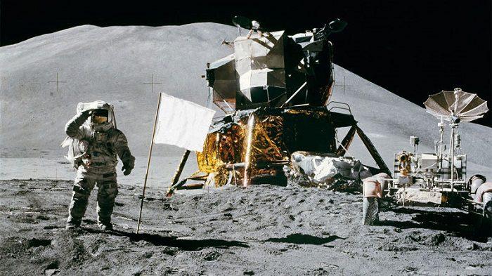 پرچم سفید روی ماه