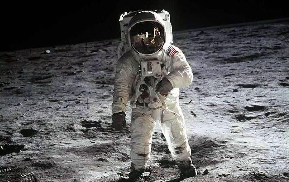 انسان بر روی ماه