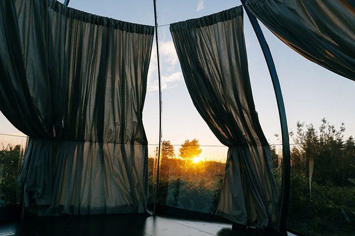 لذت خوابیدن زیر آسمان پرستاره در گنبدی شفاف