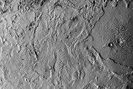 وویجر ۲ این عکس از تریتون (بزرگترین قمر نپتون) را از فاصله کمتر از ۸۰ هزار کیلومتری گرفته است