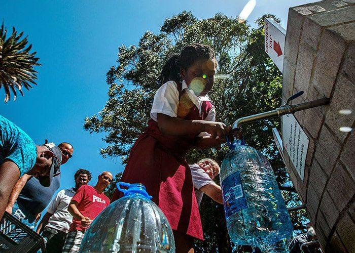 ساکنان کیپتاون در آفریقایجنوبی برای پرکردن بطریهای آب