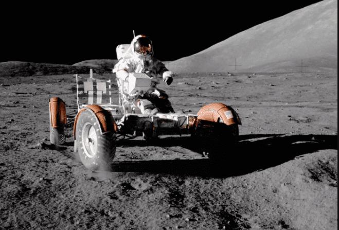یوجین سرنان، فضانورد آپولو ۱۷ سوار برخودرو ماهپیمای خود در درهی پر از ناهمواری توریس لیترو در ماه